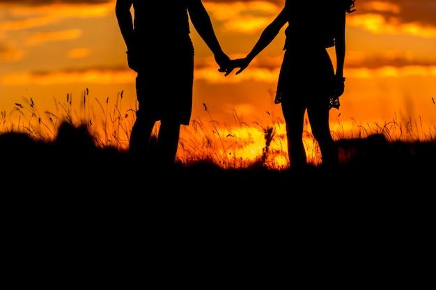 Beau, Jeune Couple, Debout, Coucher Soleil Photo Premium