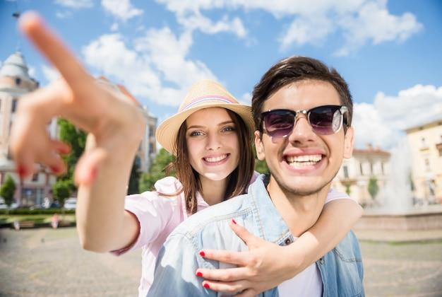 Beau jeune couple s'amuser ensemble par journée ensoleillée. Photo Premium