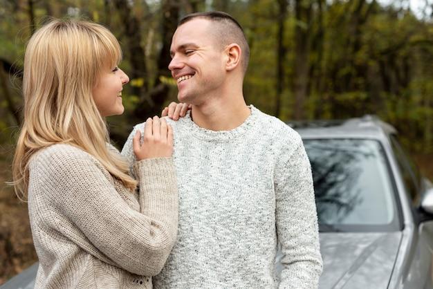 Beau jeune couple se regardant dans la nature Photo gratuit