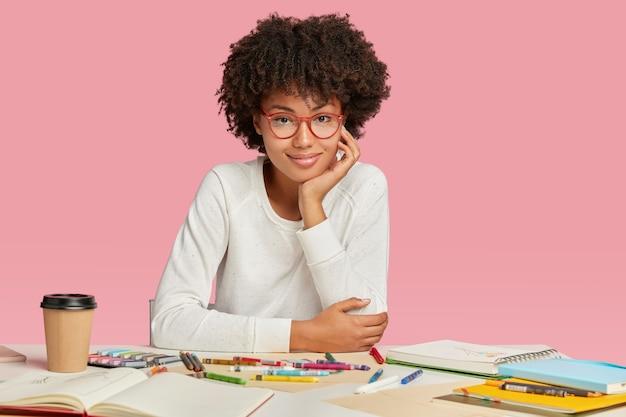 Beau Jeune Dessinateur Ou Animateur Porte Des Lunettes, Un Pull Décontracté Blanc Impliqué Dans Le Processus De Travail Créatif Photo gratuit