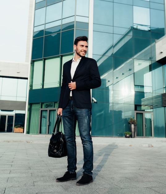 Beau jeune homme d'affaires Photo Premium
