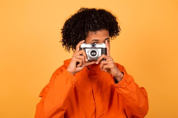 Beau Jeune Homme Afro-américain Dans Un Imperméable Orange Photo Premium