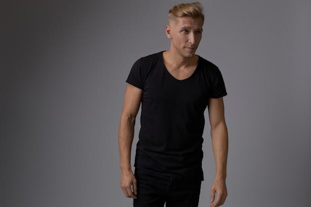 Beau Jeune Homme Blond Posant Photo gratuit