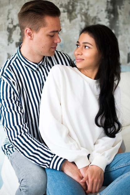 Beau jeune homme embrasser jeune jolie femme ethnique Photo gratuit