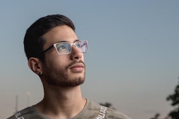 Beau jeune homme avec une expression de concentration Photo Premium