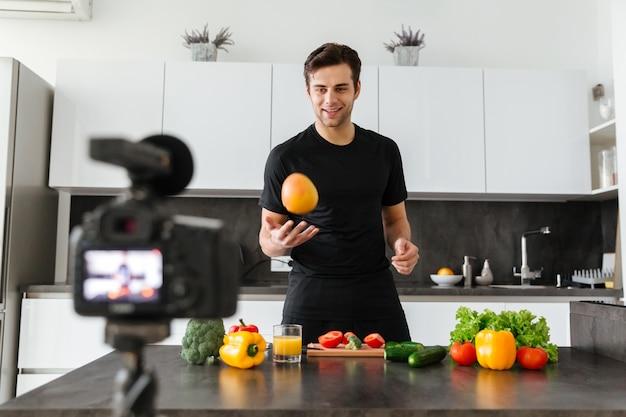 Beau Jeune Homme Filmant Sa Vidéo Photo gratuit