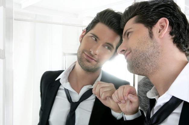 Beau Jeune Homme Narcissique Regardant Dans Un Miroir Photo Premium