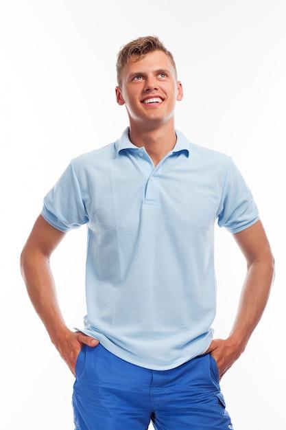 Beau jeune homme en tenue décontractée Photo gratuit