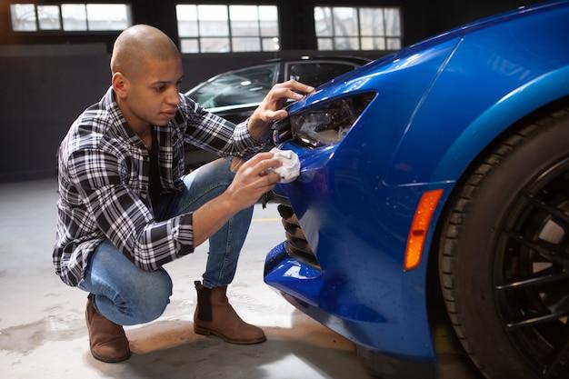 Beau Jeune Homme Travaillant Dans Son Garage Photo Premium