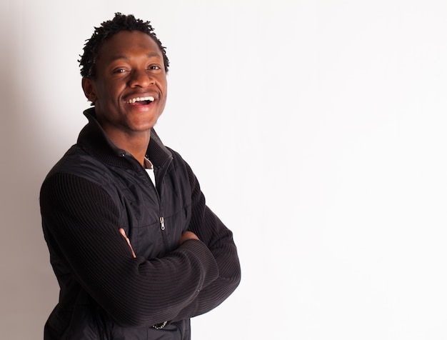 Beau jeune mec noir posant Photo gratuit