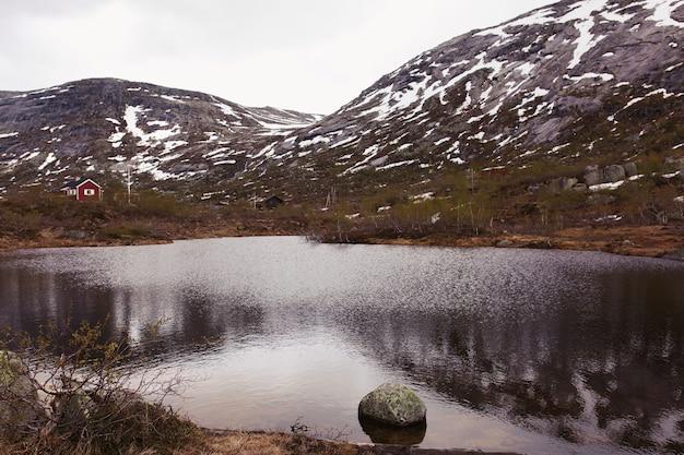 Beau Lac Avant Les Montagnes Recouvertes De Neige Photo gratuit