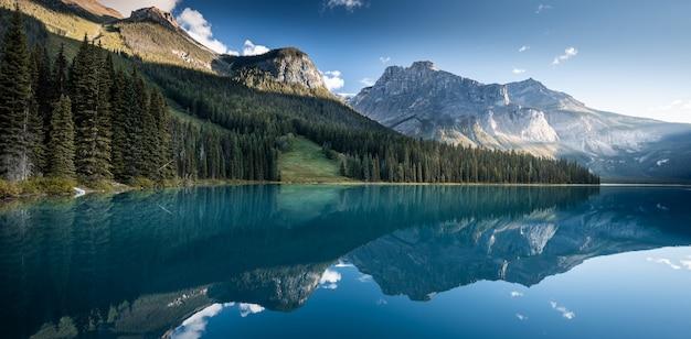 Beau lac émeraude, parc national de yoho, colombie britannique, canada Photo Premium