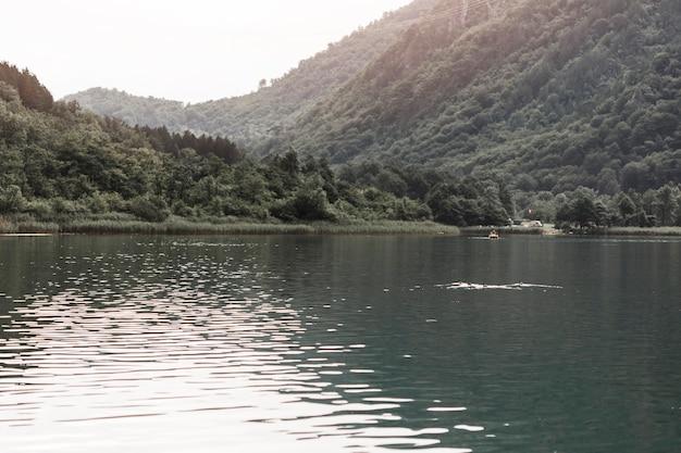 Beau lac près de la montagne verte Photo gratuit