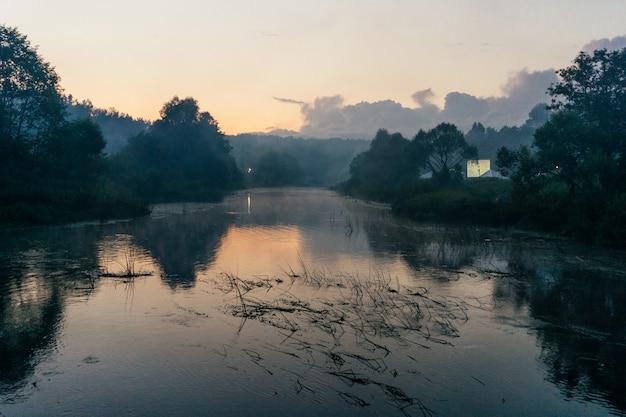 Beau lever de soleil brumeux sur la rivière Photo Premium