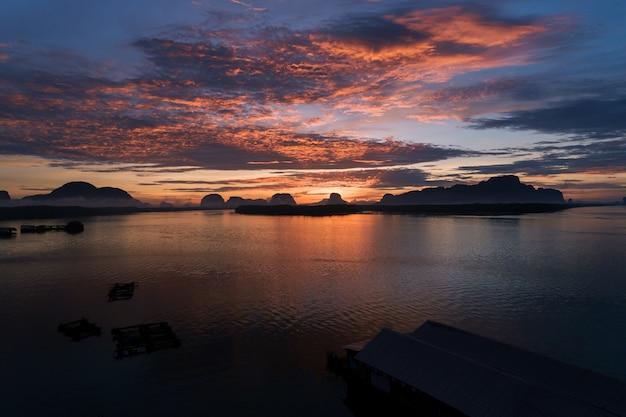 Beau lever de soleil le matin au phang-nga du village de ban sam chong tai Photo Premium