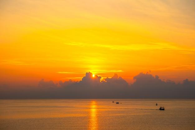 Beau lever de soleil sur la mer dans la province de prachuap khiri khan, dans le sud de la thaïlande Photo Premium