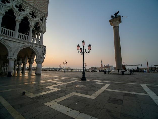 Beau lever de soleil sur la place san marco surplombant le palais duccale Photo Premium