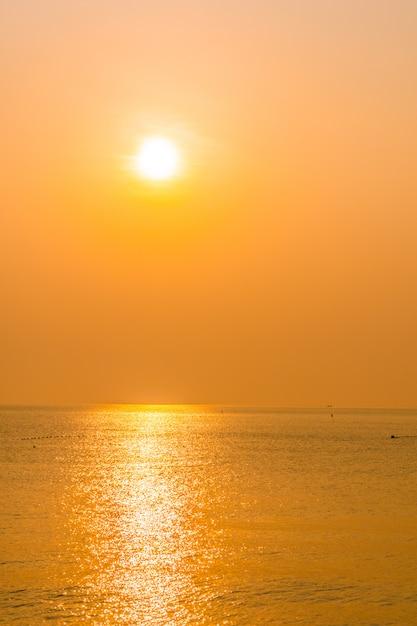 Beau lever de soleil sur la plage et la mer Photo gratuit