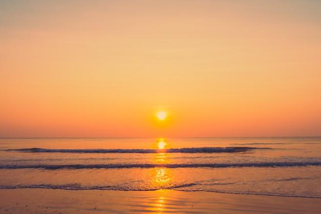 Beau lever de soleil sur la plage Photo gratuit