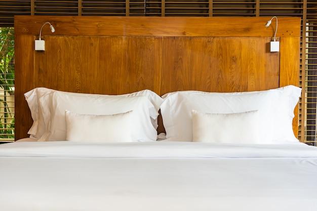 Beau luxe confortable oreiller blanc sur le lit et la couverture de décoration dans la chambre Photo gratuit