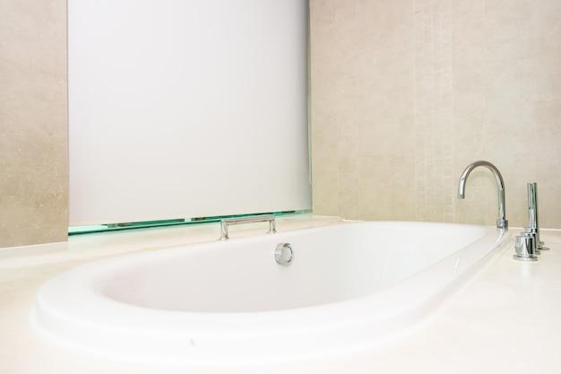 Beau luxe et intérieur de décoration de baignoire blanche propre Photo gratuit