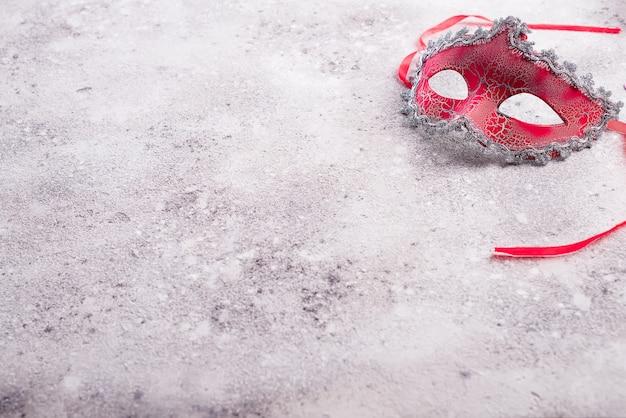 Beau masque de carnaval rouge pour fond de vacances de carnaval Photo Premium