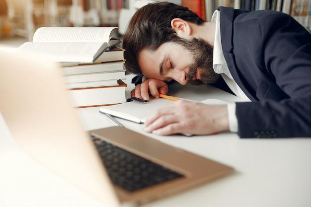 Beau mec étudier à la bibliothèque Photo gratuit