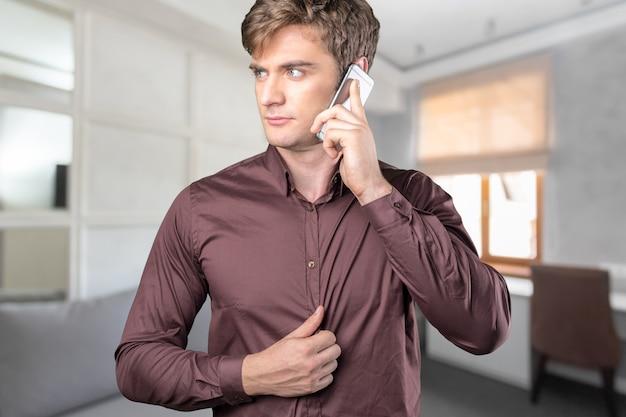Beau mec parler au téléphone Photo Premium