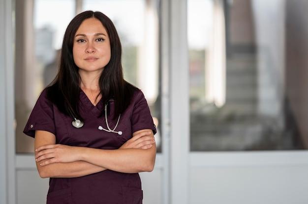 Beau Médecin En Uniforme à L'hôpital Photo gratuit
