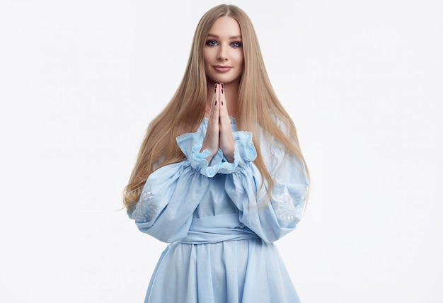 Beau modèle femme aux cheveux longs qui pose en robe fashion Photo Premium
