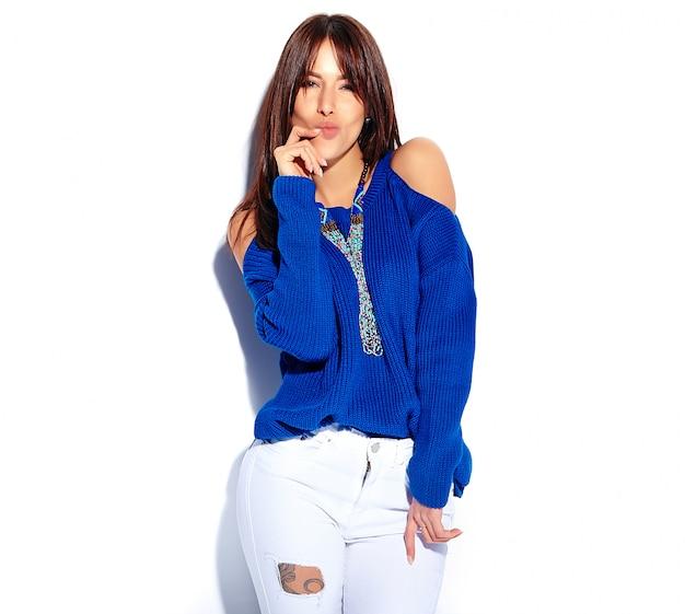 Beau Modèle Femme Brune Hipster Drôle En Pull Bleu D'été Décontracté élégant Isolé Sur Fond Blanc Photo gratuit
