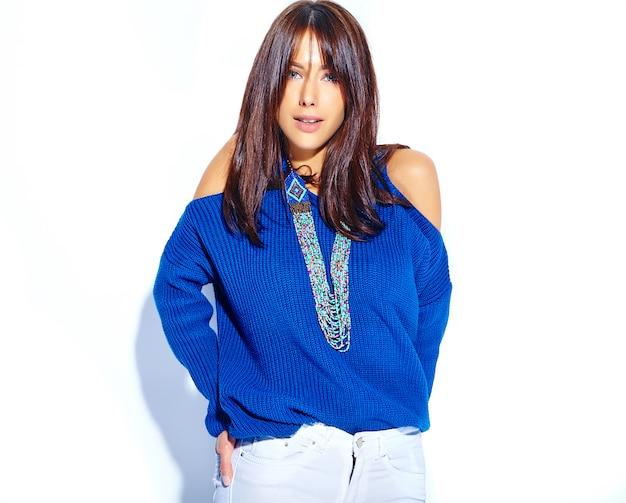 Beau Modèle De Femme Brune Hipster En Pull Bleu D'été Décontracté élégant Isolé Sur Fond Blanc Photo gratuit