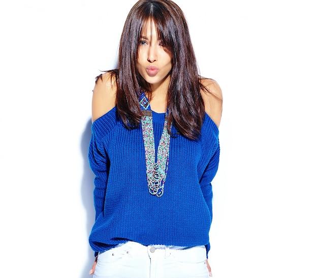 Beau Modèle De Femme Brune Hipster Souriant En Pull Bleu D'été Décontracté élégant Isolé Sur Fond Blanc. Donner Un Baiser Photo gratuit
