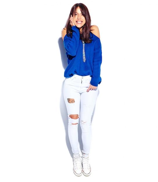 Beau Modèle De Femme Brune Hipster Souriant En Pull Bleu D'été Décontracté élégant Isolé Sur Fond Blanc. Toute La Longueur Photo gratuit