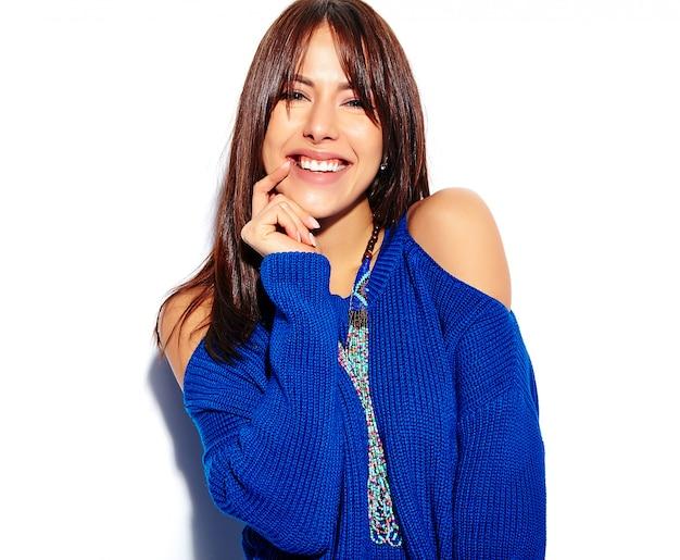 Beau Modèle De Femme Brune Hipster Souriant En Pull Bleu D'été Décontracté élégant Isolé Sur Fond Blanc Photo gratuit