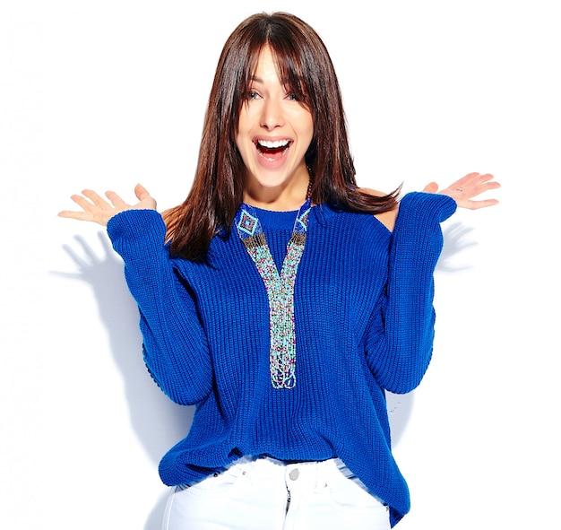 Beau Modèle De Femme Brune Hipster Surpris En Pull Bleu D'été Décontracté élégant Isolé Sur Fond Blanc, Les Mains Vers Le Haut Photo gratuit