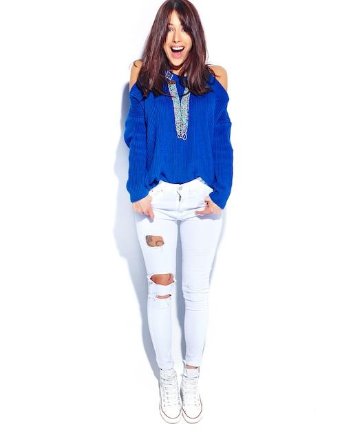 Beau Modèle De Femme Brune Hipster Surpris En Pull Bleu D'été Décontracté élégant Isolé Sur Fond Blanc. Toute La Longueur Photo gratuit