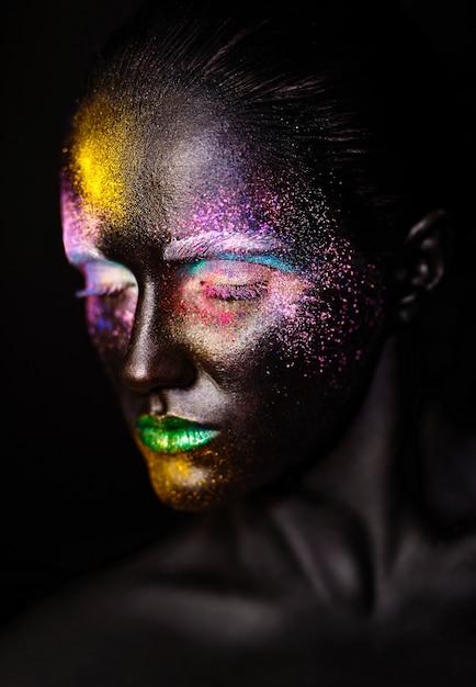 Beau Modèle Femme Avec Un Masque Noir Inhabituel En Plastique Créatif Maquillage Coloré Lumineux Avec Visage Noir Photo gratuit