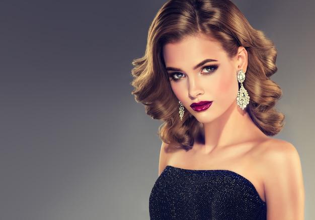 Beau modèle fille aux cheveux bouclés Photo Premium