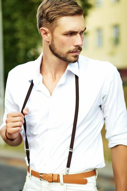 Beau Modèle Homme Hipster Dans Des Vêtements D'été élégants Posant Photo gratuit
