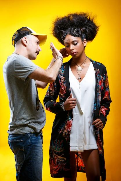 Beau Modèle Latino-américain Avec L'aide D'un Styliste Photo Premium