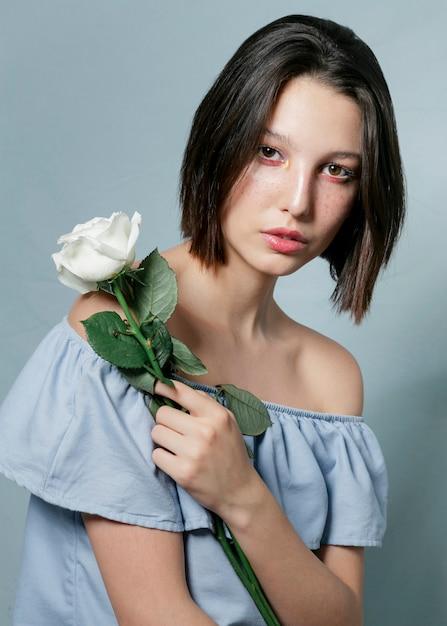 Beau modèle posant avec fleur Photo gratuit