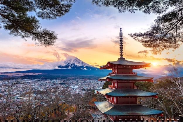 Beau Monument De La Montagne Fuji Et De La Pagode Chureito Au Coucher Du Soleil, Au Japon. Photo gratuit