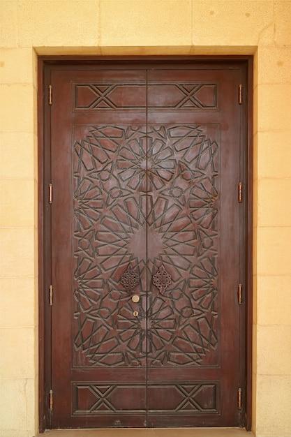 Beau Motif De Sculpture D'une Porte En Bois De La Mosquée Photo Premium