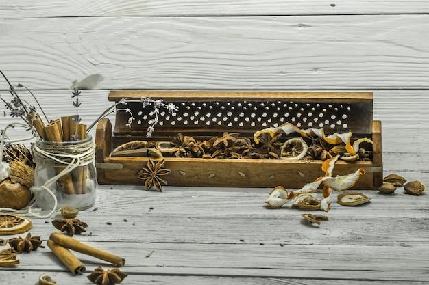 Beau Mur En Bois Blanc, Bâtons De Cannelle, Anis étoilé, Citron Photo gratuit