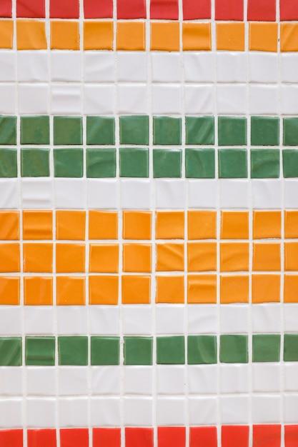 Beau mur décoratif, coloré, petite texture en mosaïque, rayures verticales. carreaux de couleur décoratifs. le concept de réparation de fond intérieur et de locaux Photo Premium