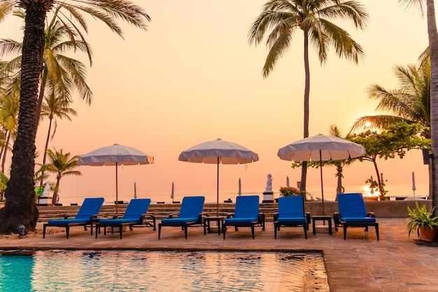 Beau Palmier Avec Chaise Parasol Piscine Dans Un Hôtel De Luxe Photo Premium
