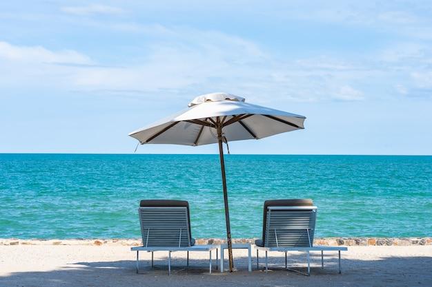 Beau parapluie et chaise autour de la mer, plage, ciel bleu pour les voyages Photo gratuit