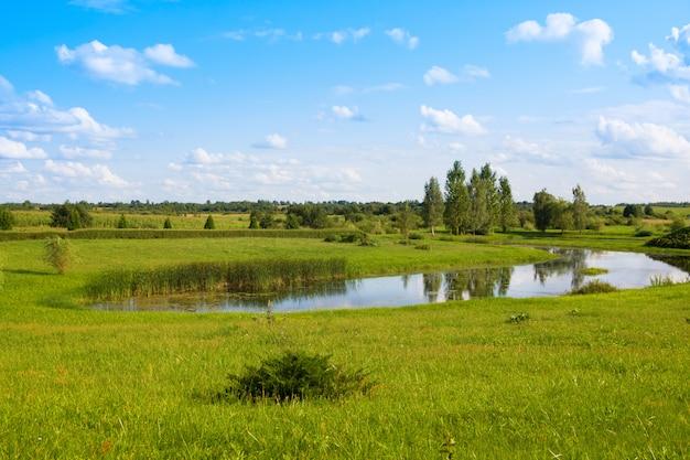 Beau parc avec étang près de l'église sainte-anne de mosar, en biélorussie, site de la mission jésuite Photo Premium