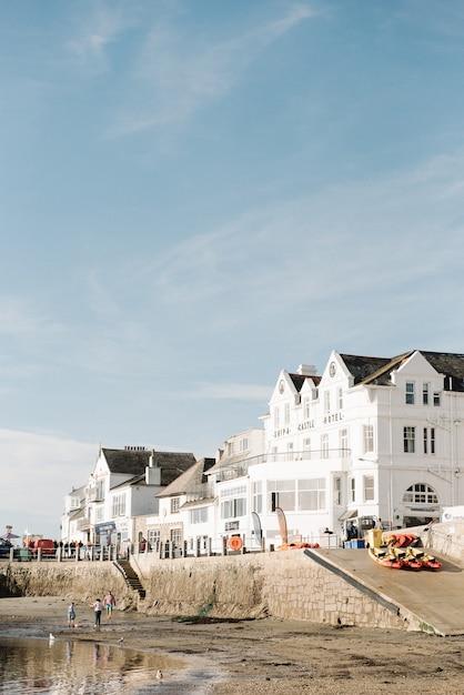 Beau Paysage D'appartements Blancs Sur Le Site Du Front De Mer Sous Un Beau Ciel Bleu Photo gratuit